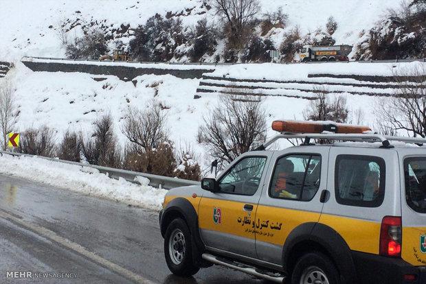 بارش برف در محورهای کوهستانی البرز/آمادهباش نیروهای راهداری
