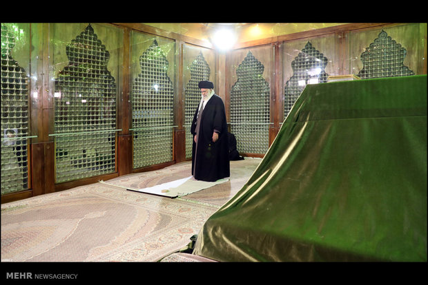 Leader pays visit to mausoleum of Imam Khomeini