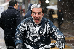 Snowfalls welcomed in polluted Tehran