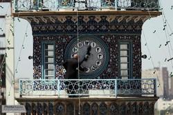 تنظيف ساعت بزرگ صحن انقلاب اسلامي در آستانه ميلاد حضرت رضا (ع) (11).jpg