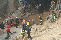 نجات یک نفر از زیر آوار متروی قم