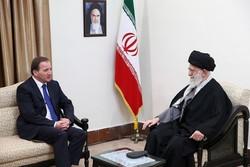قائد الثورة: من يصدر الاحكام عن بعد لا يمكنه فهم عظمة الشعب الايراني
