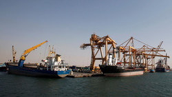 تحالف العدوان السعودي يمنع وصول السفن لميناء الحديدة