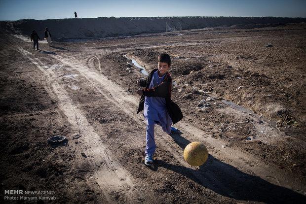 بازی کردن کودکان در روستای آزادی