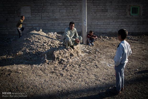 اهالی روستای آزادی که اغلب بیکار هستند.