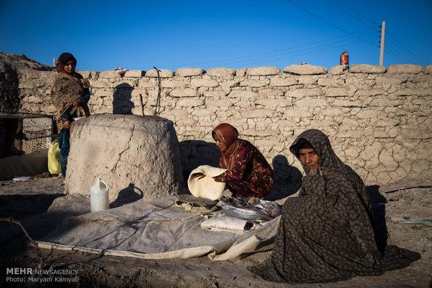 پخت نان توسط بعضی زنان روستا