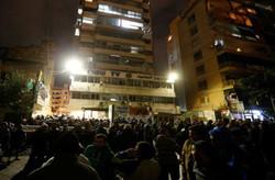 """محتجون يهاجمون مقر قناة لبنانية في بيروت لإهانتها """"السيد موسى الصدر"""""""
