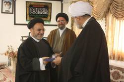 اهدای تبرکی مقام معظم رهبری به مسئول امور مساجد تبلیغات اسلامی قم