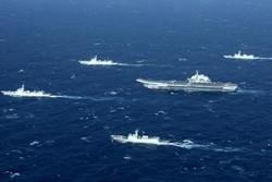 الوحدات العائمة والطائرات التابعة للقوة البحرية للجيش الإيراني تستعرض في بحر قزوين