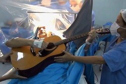 فیلم/ گیتار زدن هنگام عمل جراحی!