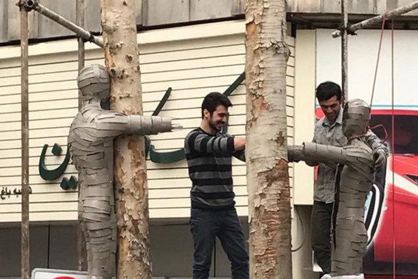 """الأشجار اليابسة تتحول إلى عمل فني في شارع """"ولي عصر"""" في طهران"""