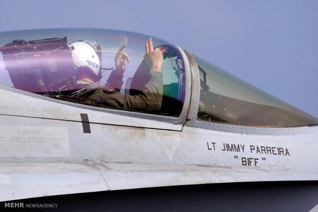 بر روی عرشه ناو هواپیما بر آمریکا
