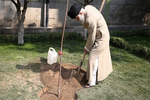 قائد الثورة الاسلامية يغرس شتلتين من اشجار الفاكهة بمناسبة اسبوع الموارد الطبيعية