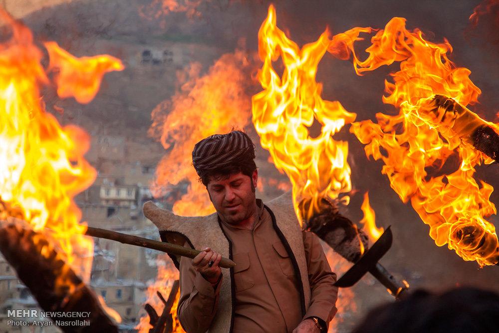 2403717 - روستای پالنگان به استقبال نوروز رفت/از روشن کردن مشعل تا رقص و پایکوبی