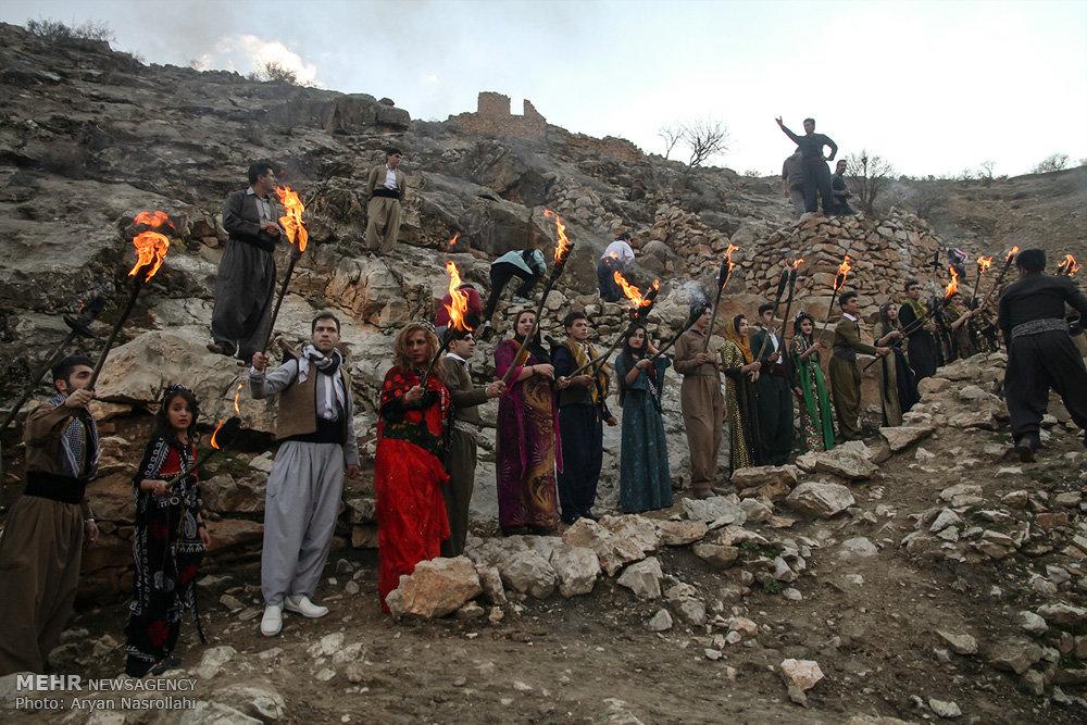 2403718 - روستای پالنگان به استقبال نوروز رفت/از روشن کردن مشعل تا رقص و پایکوبی
