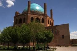 مسافران نوروزی شکوه هنر ایرانی را در گنبد سلطانیه نظاره می کنند
