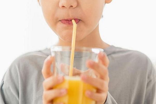 لزوم مصرف روزانه آبمیوه برای کودکان/آبمیوه اضافهوزن نمیآورد