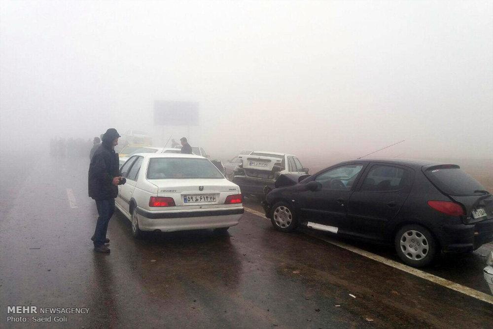 یک کشته و۶۳مصدوم در تصادف زنجیرهای ۶۰ خودرو در محور مشهد-نیشابور