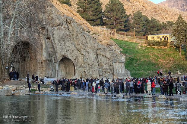 Tak-ı Bostan turistlerin ilgisini çekiyor