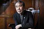حضور موراکامی در جمع مخاطبان/ نویسنده بهعنوان مترجم سخن میگوید