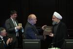 لحظه اعطای مدرک دکتری افتخاری به روحانی در روسیه