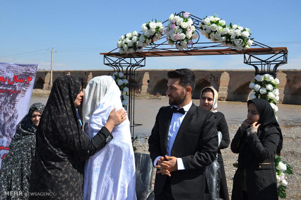 مراسم ازدواج زوج جوان در کنار پل تاریخی در میانه