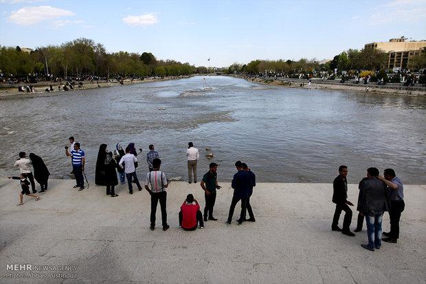 حضور گردشگران در کنار زاینده رود