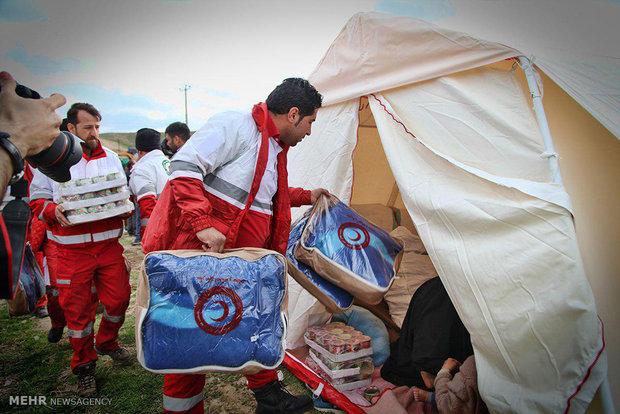 امداد رسانی نیروهای هلال احمر به آسیب دیدگان زلزبه در روستای دوقلعه از توابع شهرستان فریمان