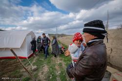 امداد رسانی نیروهای هلال احمر به آسیب دیدگان زلزله روستای دوقلعه