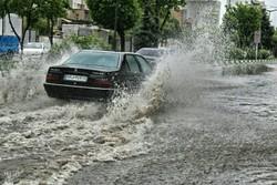 کندی تردد در معابر آستارا/برخی نقاط شهر دچار آبگرفتگی شده است