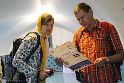 گفتگوی روحانیون شیعه با توریستهای خارجی در مسجد شیخ لطف الله میدان امام اصفهان