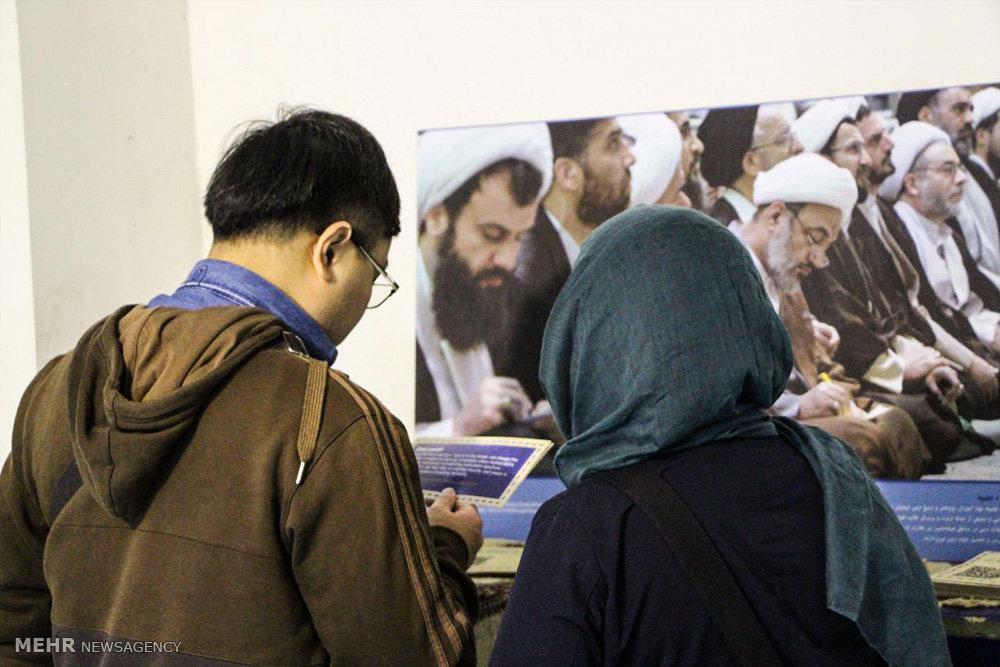 گفتگوی روحانیون شیعه با توریستهای خارجی در مسجد شیخ لطف الله