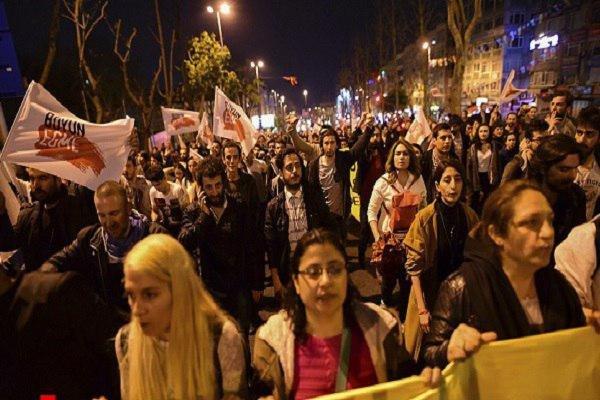 İzmir'de referandum protestosuna 19 gözaltı