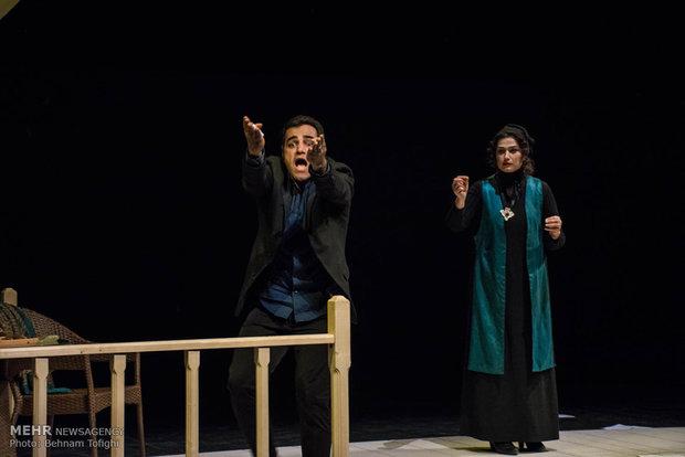 """عرض مسرحية """" الكاتب متوفى"""" في طهران"""
