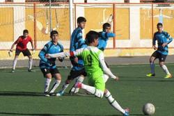 افراد متفرقه بیشتر از متخصص ها در فوتبال پایه فعالیت می کنند
