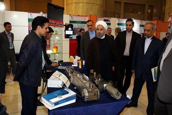 روحاني يتفقد معرض انتاجات الشركات المعرفية