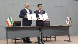 Ramsar Mayor Nosratollah Kouzehgar (L) and Suncheon Mayor Cho Choong-hoon
