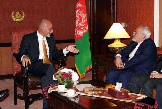 ظريف يبحث مع محمد أشرف غني سبل تطوير العلاقات الثنائية وآخر التطورات الاقليمية