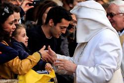 پوپ فرانسس کے ساتھ خاتون کی بد تمیزی