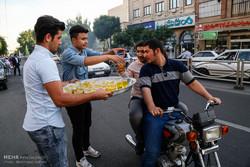 شب نیمہ شعبان کے جشن کے موقع پر عوام میں شربت اور مٹھائیوں کی تقسیم