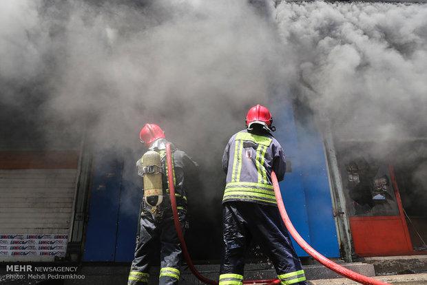 یک انبار روغن موتور در اهواز  آتش گرفت
