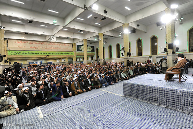 Leader receives hundreds of people on eve of election
