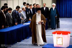 مشاركة قائد الثورة الاسلامية في الانتخابات الايرانية /صور