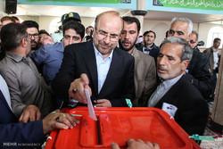 محمد باقر قاليباف يدلي بصوته في مدينة اردبيل