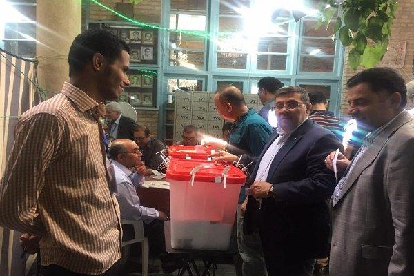 رئیس جمعیت هلال احمر رای خود را به صندوق انداخت
