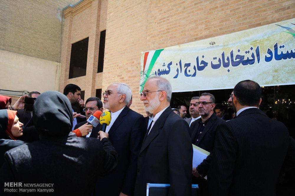 حضور ظریف در ستاد انتخابات خارج از کشور