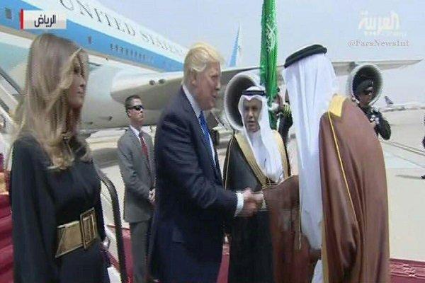 سعودی عرب کے عیاش بادشاہ شاہ سلمان  نے صدر ٹرمپ کی بیوی کو تین بار بوسہ دیا