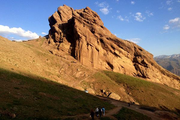 گردشگران خارجی در «الموت»/ اقامتگاههای بیضابطه میزبانی میکنند