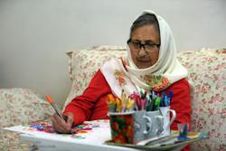 """""""رأفت صراف"""" مسنّة ايرانية تدخل عالم الرسم في عقدها الثامن"""