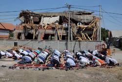 اقامه نماز در مقابل مسجد ویران شده بلگراد